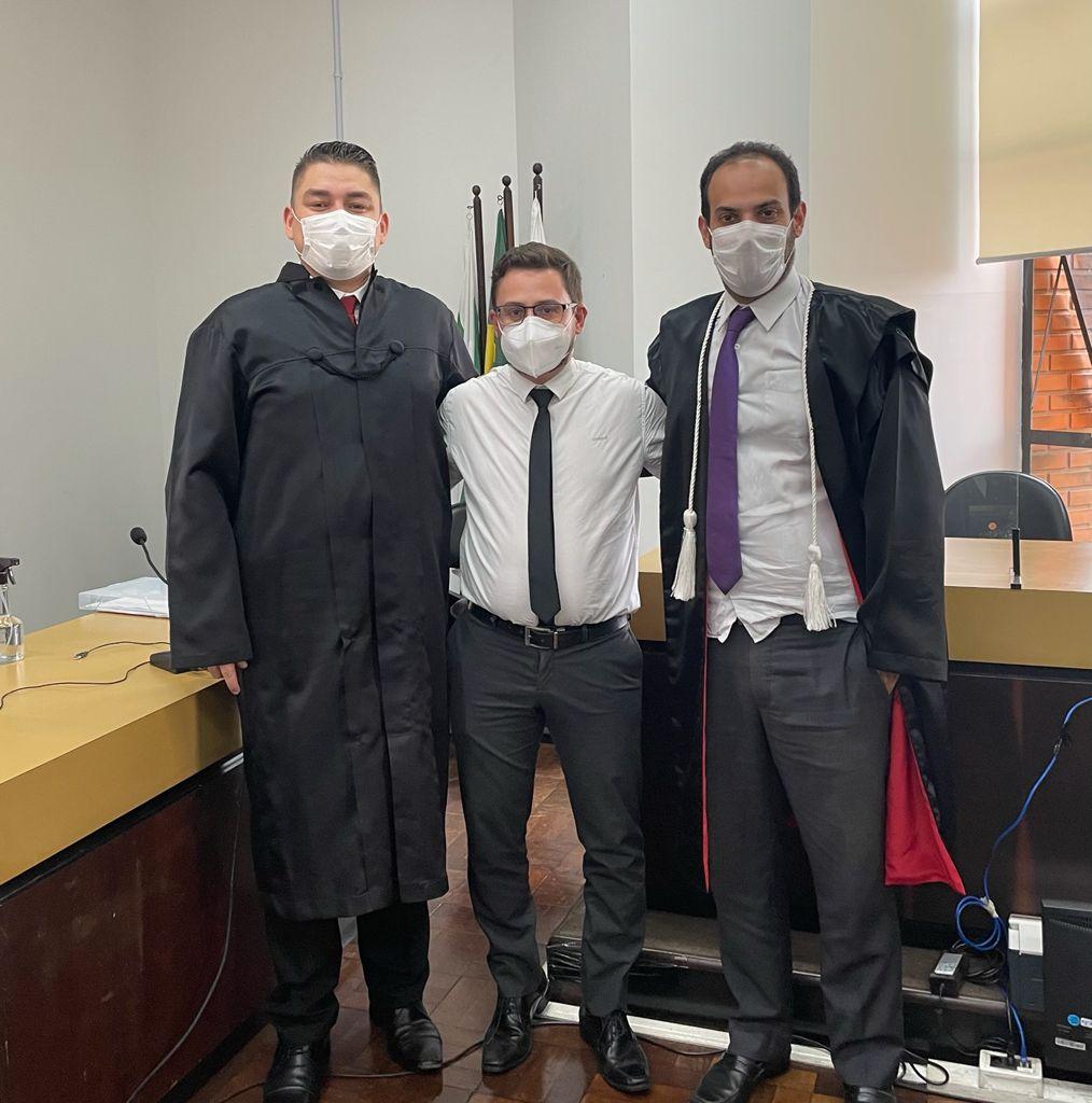 Advogado de defesa, Tiago Critóvão de Carvalho, representante do Ministério Público Dr. Fabricio Muniz e Dr. Alberto Moreira Cortes Neto, MM. Juiz de Direito da Vara Criminal e Presidente do mesmo Tribunal