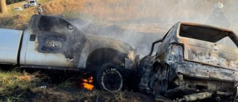 Mulher morre carbonizada em acidente entre carro e caminhonete