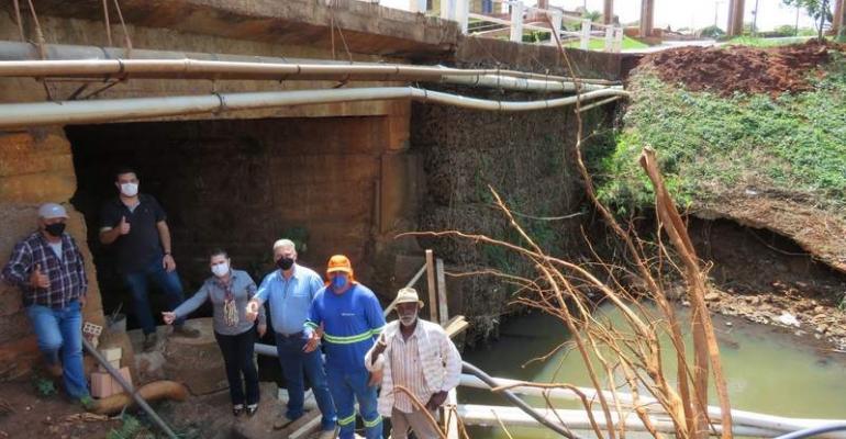 Ribeirão Claro: Prefeitura reforça base da ponte de acesso ao Município