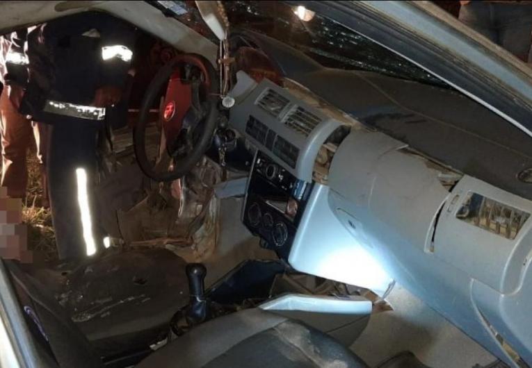 Colisão entre Gol e Saveiro deixa motorista preso às ferragens na PR-272