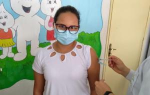 Larissa Hoffmann é a primeira enfermeira bolsista da UENP a ser vacinada contra Covid-19
