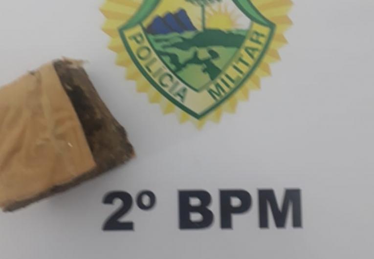 Polícia encontra tablete de maconha escondido em armário de cozinha
