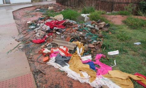 Moradores jogam lixo e entulhos em via pública, atrapalhando trabalhos de conclusão da pavimentação da extensão da Rua Margarida Franklin Gonçalves