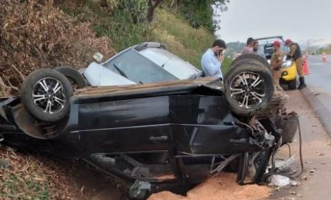 Carros batem e um deles capota na PR-092 em Siqueira Campos