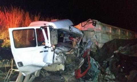Caminhão com placa de Ibaiti bate de frente com outro, e motoristas morrem na PR-160, em Cornélio Procópio