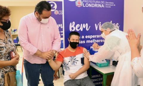Londrina vacina primeiros adolescentes de 12 a 17 anos contra a Covid-19