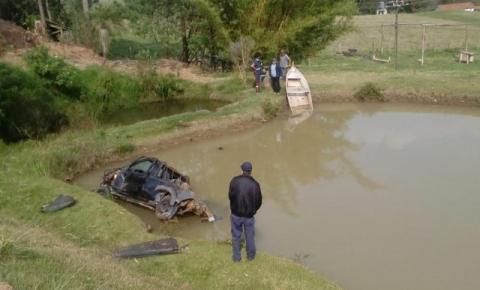 Carro perde controle na PR-272, sai da pista, cai em represa e motorista morre