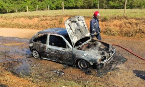 Veículo pega fogo em estreada rural de Conselheiro Mairinck