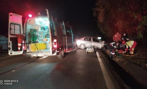 Colisão frontal entre carro e caminhonete deixa dois feridos na BR-153