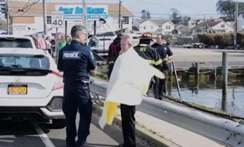 Pedestres pulam na água e salvam idosos que caíram com carro em canal