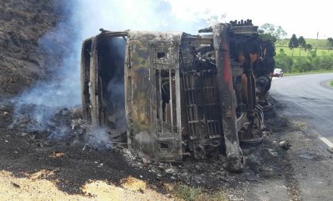 Carreta tomba e pega fogo na BR-153