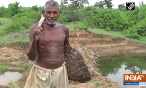 Homem chamado de maluco escava canal por 30 anos e leva água a vila seca