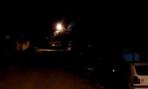 Morador reclama de iluminação pública queimada em Jacarezinho