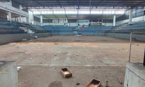 Prefeitura inicia limpeza e organização do ginásio de esportes em Jacarezinho