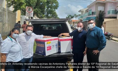 Prefeito de Ibaiti Dr. Antonely, recebe na 19ª Regional de Saúde o primeiro lote das vacinas contra a Covid-19