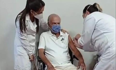 Dr. Emmanuel é o primeiro a ser vacinado contra Covid-19 no Norte Pioneiro
