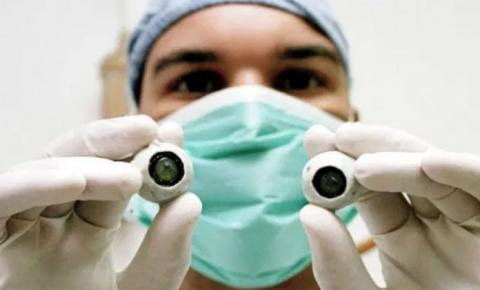 Cego volta a enxergar após 1º transplante de córnea artificial do mundo