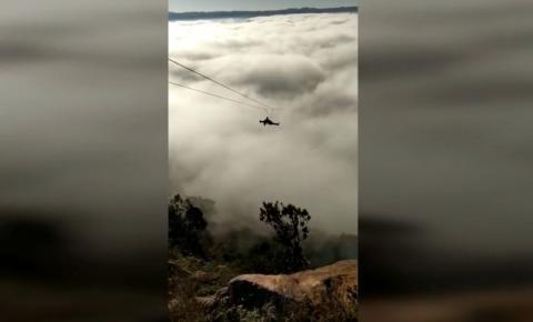Vídeo espetacular mostra descida na maior tirolesa do Paraná em meio a neblina