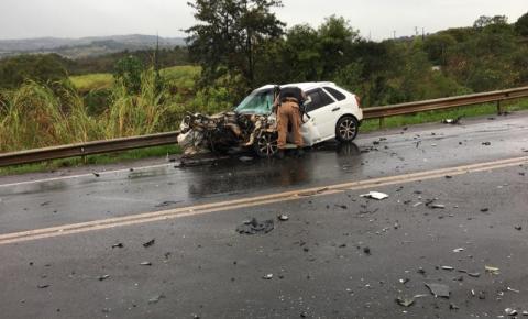 Batida frontal entre carro e van deixa três feridos em Jacarezinho