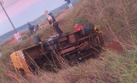 Batida entre caminhão e carro forte na BR-153 em Jacarezinho tira veículos da pista