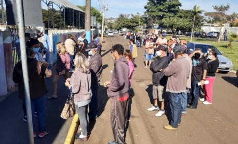 Moradores de Fartura fazem enorme fila de madrugada por vacina