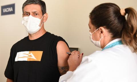 Professores e agentes administrativos da UENP recebem a vacina contra Covid-19