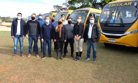 Vereadores de Jacarezinho acompanham entrega de veículos do transporte escolar