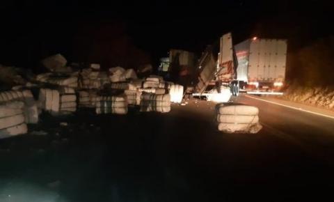 Caminhão bate em barranco e deixa três feridos