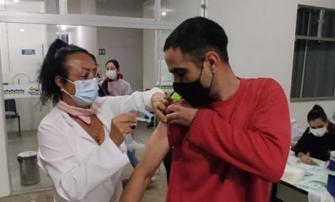 Covid-19: Jacarezinho vacina jovens de 35 e 36 anos nesta terça