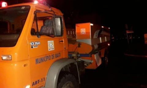 Caminhão carregado com abacaxi tomba na BR-153 e motorista fica preso às ferragens