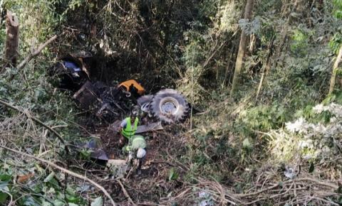 Trator cai em ribanceira de 70 metros de profundidade e operador é resgatado pela Defesa Civil e Samu