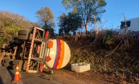 Carreta carregada com etanol tomba no trevo de Calógeras
