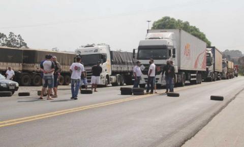 Protestos bloqueiam a PR-092 em Wenceslau Braz e BR-153 em Santo Antônio da Platina